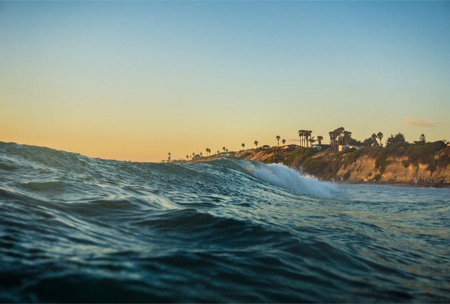 ocean waves crashing near shorline
